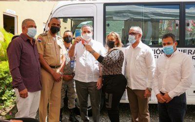 Propeep - Gobierno entrega minibús a extensión escuela vocacionales de las FFAA en Sabana Larga de Ocoa